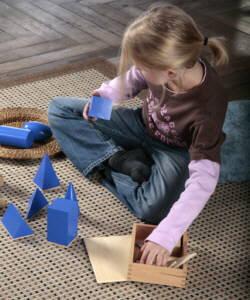 Kind spielt mit Montessori Material
